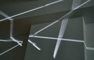 Betina Kuntzsch und Carola Czempik | SALZSPIEGEL | 2010/2011 | Betina Kuntzsch: zwei Videoprojektionen HD | Loop 2 Min/10 Min | Carola Czempik: 4 Salzpapier-Objekte | Gesamthöhe 180 cm | Galerie Moench Berlin