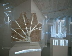 Betina Kuntzsch und Carola Czempik | SALZSPIEGEL | 2010/2011 | Betina Kuntzsch: zwei Videoprojektionen HD | Loop 2 Min/10 Min | Carola Czempik: 4 Salzpapier-Objekte | Galerie Moench Berlin